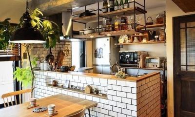 木、アイアン、打ちっぱなし。素材感が映えるヴィンテージ空間 (キッチン)