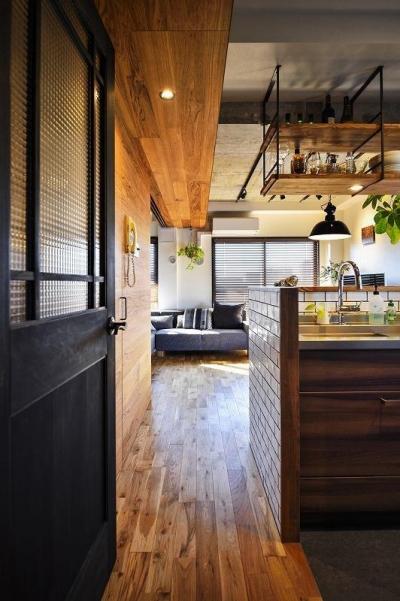 キッチン (木、アイアン、打ちっぱなし。素材感が映えるヴィンテージ空間)