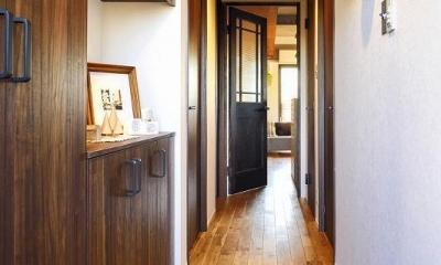木、アイアン、打ちっぱなし。素材感が映えるヴィンテージ空間 (玄関)