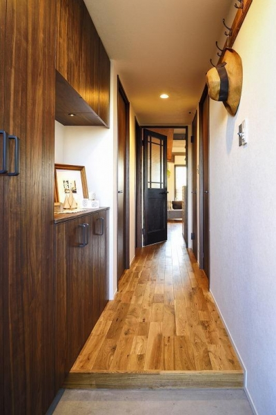 玄関 (木、アイアン、打ちっぱなし。素材感が映えるヴィンテージ空間)