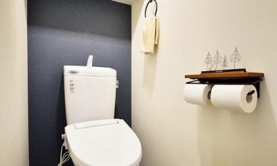 木、アイアン、打ちっぱなし。素材感が映えるヴィンテージ空間 (トイレ)