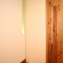 引戸でつながる 部屋が広がるの写真 こだわりのタイル床と木目を生かしたぬくもりが広がる玄関