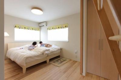 明るく開放的な子供部屋 (小さな吹抜けで つながる安心)