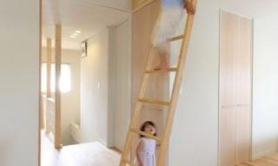 小さな吹抜けで つながる安心 (ロフトへの階段)