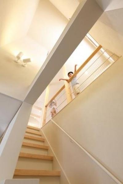 吹き抜けと階段 (小さな吹抜けで つながる安心)