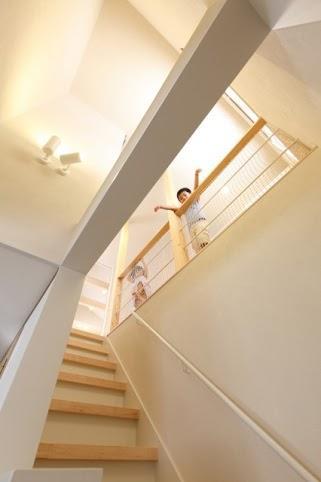 小さな吹抜けで つながる安心 (吹き抜けと階段)
