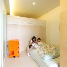 造作した可動式の収納家具で仕切られた寝室