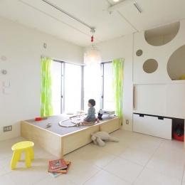 子どものための小上がり空間 (マンションの間取りの不満を解決! 光あふれるフラットな空間に)