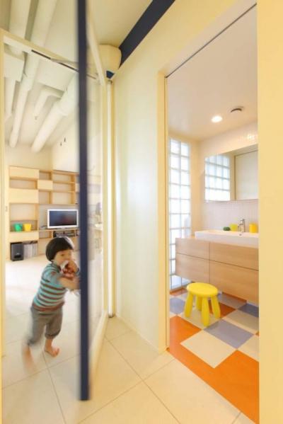 光あふれる明るい洗面室 (マンションの間取りの不満を解決! 光あふれるフラットな空間に)