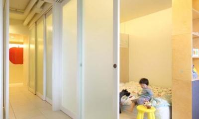 マンションの間取りの不満を解決! 光あふれるフラットな空間に (プライベートスペースを仕切る7枚のスライドドア)