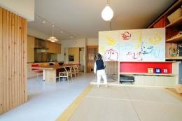 可動家具でゆるやかに仕切り家族が居心地のいい場所で過ごす (床面から1段上がった子供のスペース)
