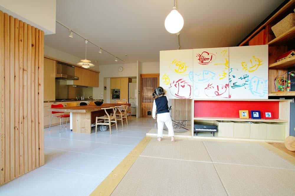 可動家具でゆるやかに仕切り家族が居心地のいい場所で過ごすの部屋 床面から1段上がった子供のスペース