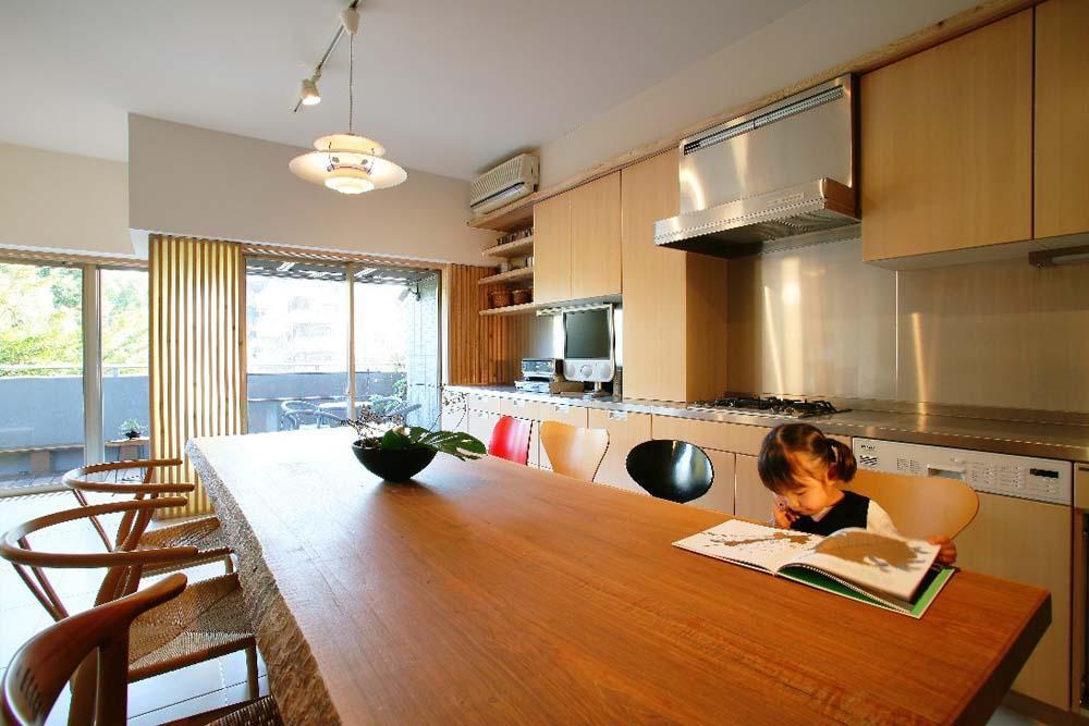 可動家具でゆるやかに仕切り家族が居心地のいい場所で過ごす (キッチン)