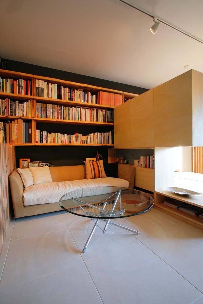 可動家具でゆるやかに仕切り家族が居心地のいい場所で過ごすの部屋 ソファのあるくつろぎのスペース