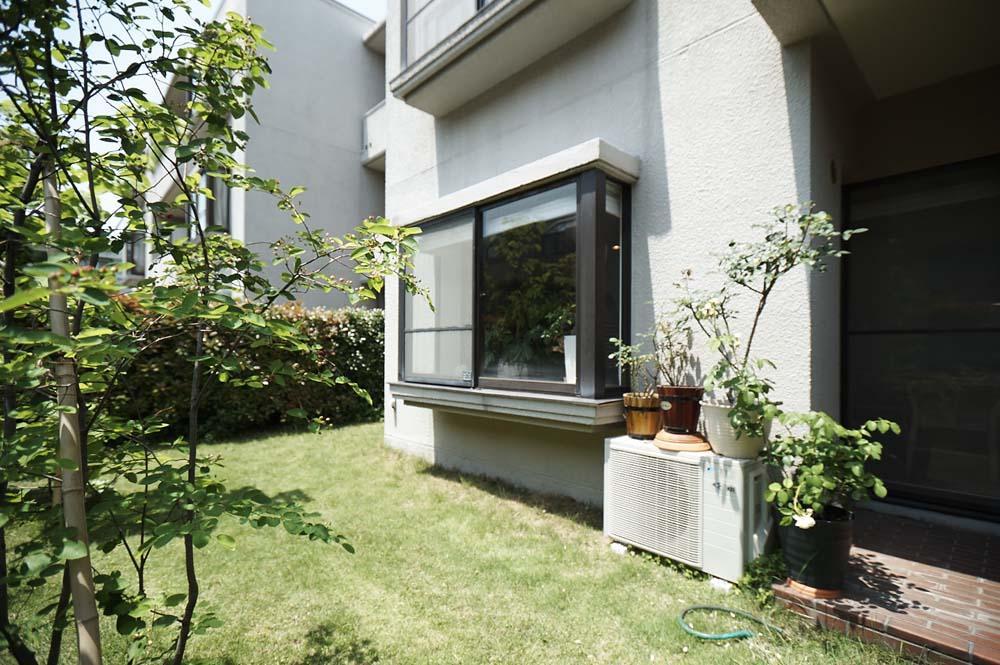 夫の母が長年住んだ低層マンションを 夫婦ふたりが暮らしやすい家に (広い庭)