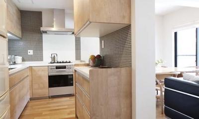 夫の母が長年住んだ低層マンションを 夫婦ふたりが暮らしやすい家に (オープンキッチン)
