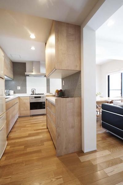 オープンキッチン (夫の母が長年住んだ低層マンションを 夫婦ふたりが暮らしやすい家に)