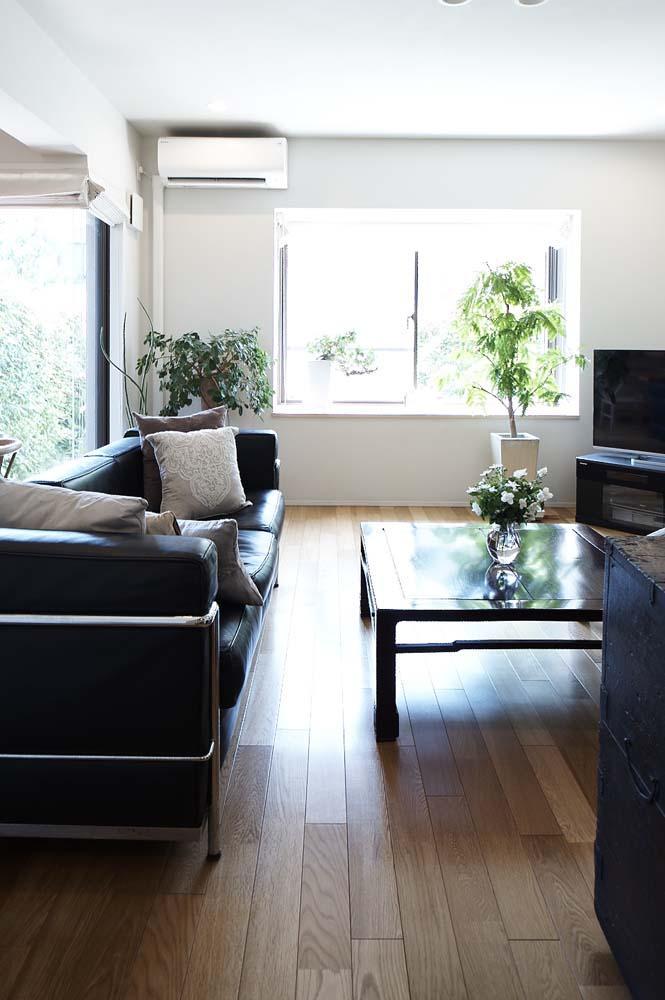 夫の母が長年住んだ低層マンションを 夫婦ふたりが暮らしやすい家に (南側の専用庭に面した光あふれるリビング)
