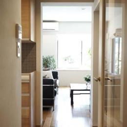 廊下から見たリビング (夫の母が長年住んだ低層マンションを 夫婦ふたりが暮らしやすい家に)