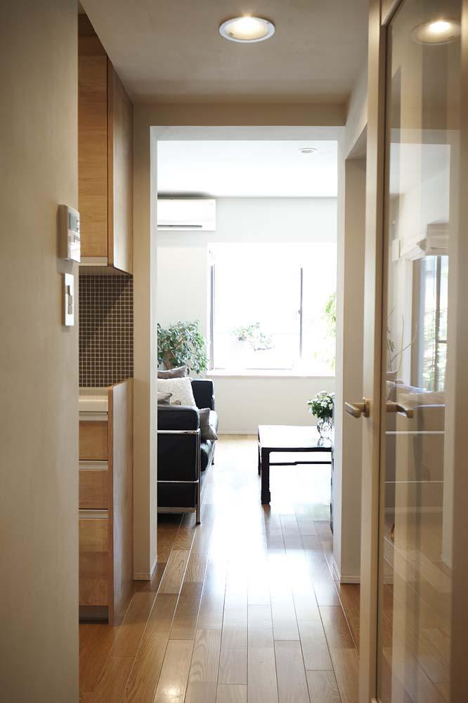 夫の母が長年住んだ低層マンションを 夫婦ふたりが暮らしやすい家に (廊下から見たリビング)