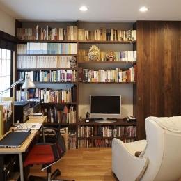 夫の母が長年住んだ低層マンションを 夫婦ふたりが暮らしやすい家に (寝室と連続する書斎)