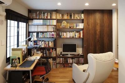 寝室と連続する書斎 (夫の母が長年住んだ低層マンションを 夫婦ふたりが暮らしやすい家に)