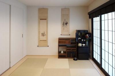 畳の寝室 (夫の母が長年住んだ低層マンションを 夫婦ふたりが暮らしやすい家に)