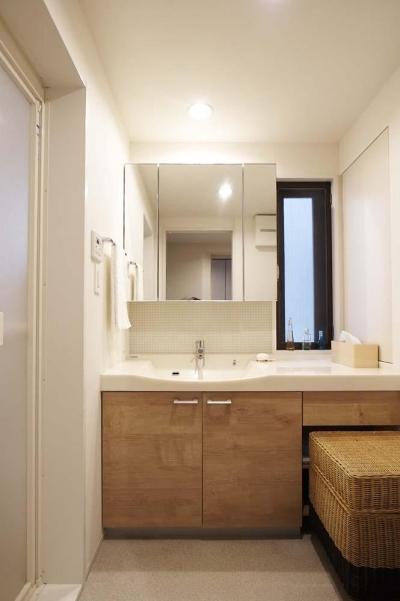 洗面室 (夫の母が長年住んだ低層マンションを 夫婦ふたりが暮らしやすい家に)