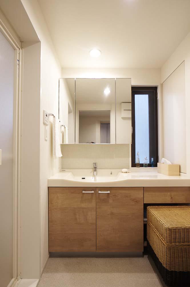 夫の母が長年住んだ低層マンションを 夫婦ふたりが暮らしやすい家に (洗面室)