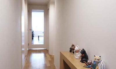 夫の母が長年住んだ低層マンションを 夫婦ふたりが暮らしやすい家に (廊下)