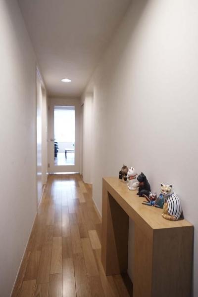 廊下 (夫の母が長年住んだ低層マンションを 夫婦ふたりが暮らしやすい家に)