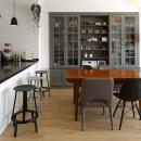 人を招いて楽しい、オープンキッチンとゲスト用食器棚のあるリビング