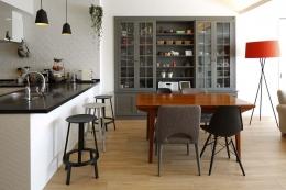 人を招いて楽しい、オープンキッチンとゲスト用食器棚のあるリビング (ダイニングキッチン)