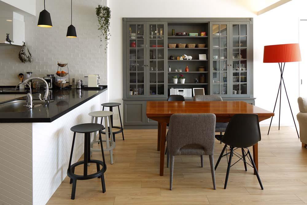 ダイニングキッチン (人を招いて楽しい、オープンキッチンとゲスト用食器棚のあるリビング)