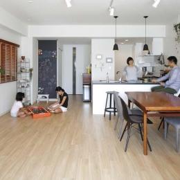 LDK (人を招いて楽しい、オープンキッチンとゲスト用食器棚のあるリビング)