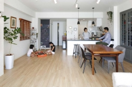 人を招いて楽しい、オープンキッチンとゲスト用食器棚のあるリビング (LDK)