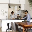 人を招いて楽しい、オープンキッチンとゲスト用食器棚のあるリビングの写真 オーダーキッチン