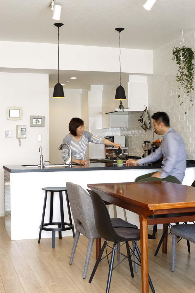 人を招いて楽しい、オープンキッチンとゲスト用食器棚のあるリビング (オーダーキッチン)