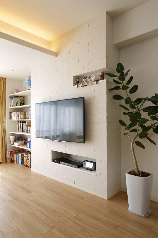 人を招いて楽しい、オープンキッチンとゲスト用食器棚のあるリビング (壁付けテレビ)