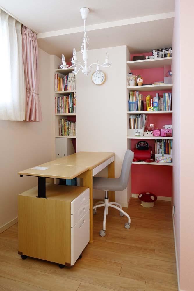 人を招いて楽しい、オープンキッチンとゲスト用食器棚のあるリビング (子ども室デスク)