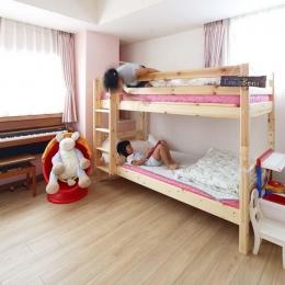 人を招いて楽しい、オープンキッチンとゲスト用食器棚のあるリビング (子ども室2段ベッド)