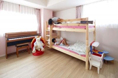 子ども室2段ベッド (人を招いて楽しい、オープンキッチンとゲスト用食器棚のあるリビング)