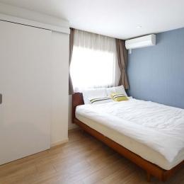 寝室 (人を招いて楽しい、オープンキッチンとゲスト用食器棚のあるリビング)