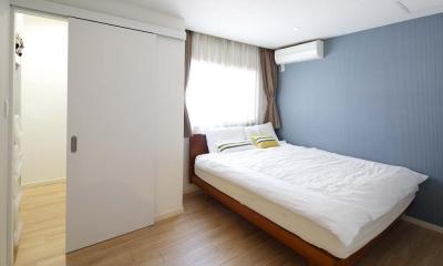 人を招いて楽しい、オープンキッチンとゲスト用食器棚のあるリビング (寝室)