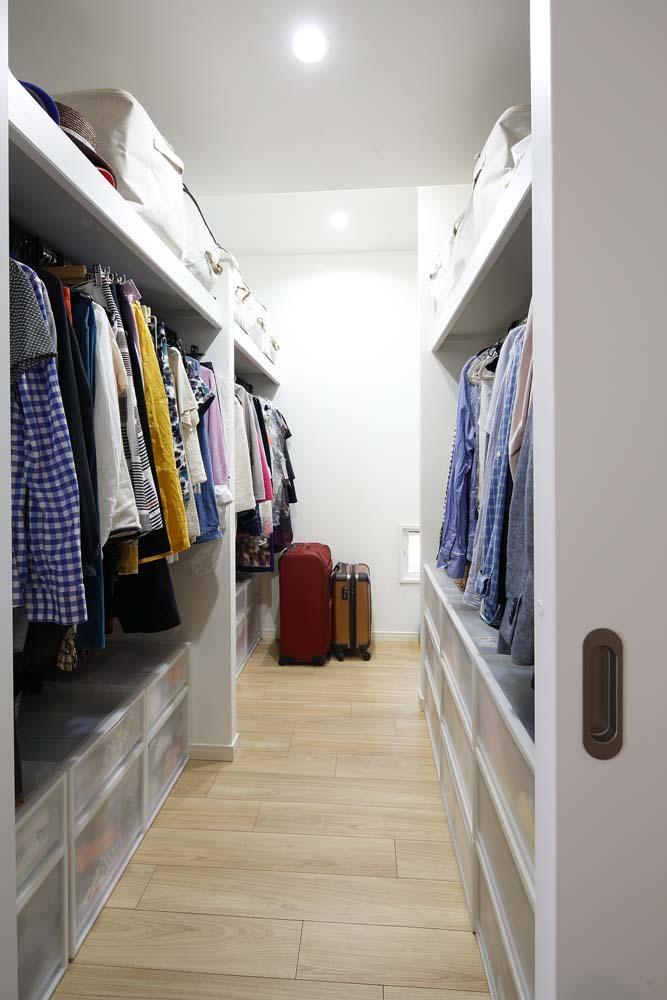 三井のリフォーム「人を招いて楽しい、オープンキッチンとゲスト用食器棚のあるリビング」