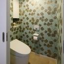 人を招いて楽しい、オープンキッチンとゲスト用食器棚のあるリビングの写真 トイレ