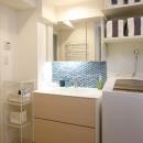 人を招いて楽しい、オープンキッチンとゲスト用食器棚のあるリビングの写真 洗面室