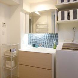 人を招いて楽しい、オープンキッチンとゲスト用食器棚のあるリビング (洗面室)