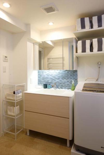 洗面室 (人を招いて楽しい、オープンキッチンとゲスト用食器棚のあるリビング)