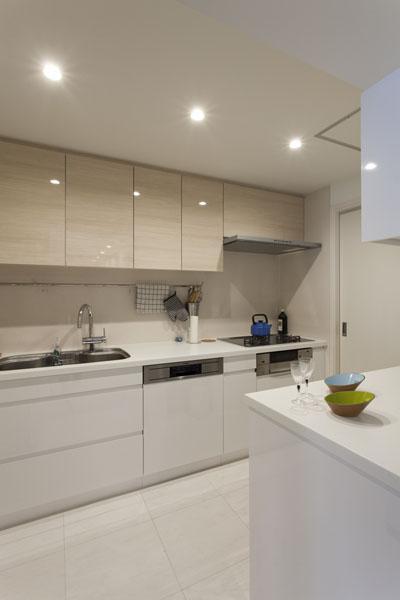 家族団欒と子どもの成長が楽しみな住まいの写真 白を基調としたキッチン